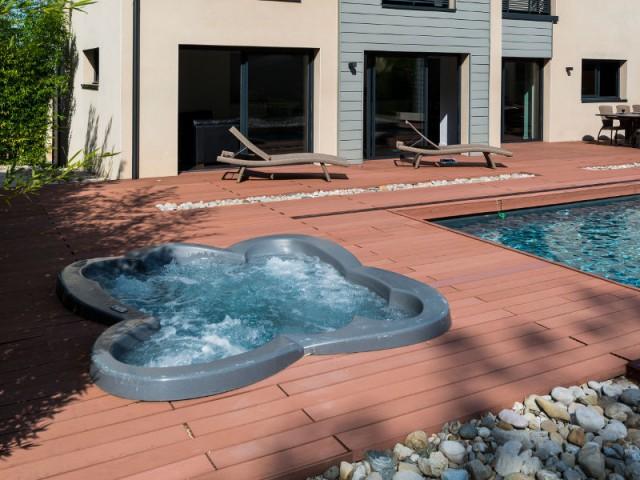 Un spa en forme de fleur - Une couverture de piscine dissimulée dans une terrasse paysagère