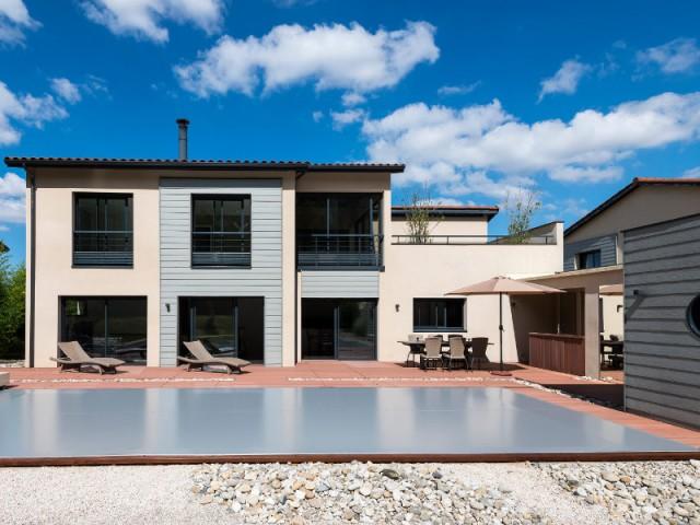 Une terrasse aménagée comme un espace paysagé - Une couverture de piscine dissimulée