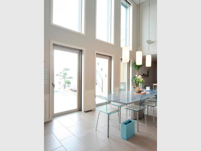 Fenêtres fixes et portes vitrées pour une cuisine lumineuse - Ouvertures démesurées