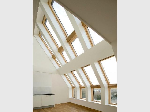 Des fenêtres de toit grand format pour éclairer des combles aménagés - Ouvertures démesurées