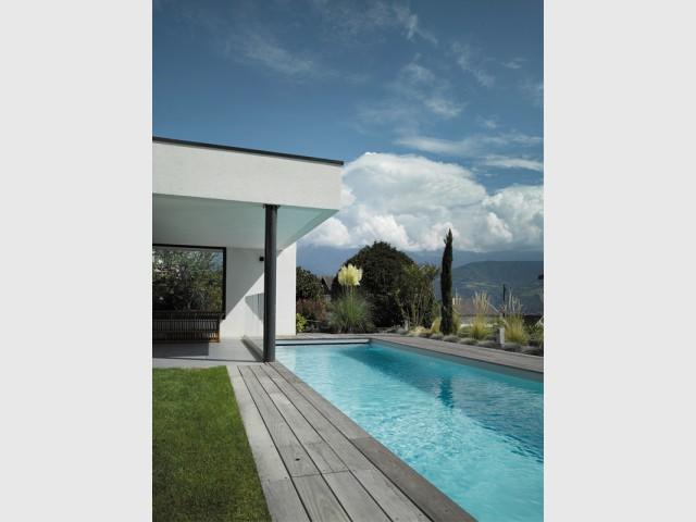 Une maison qui prend appui sur le bassin - Un couloir de nage imbriqué dans une maison