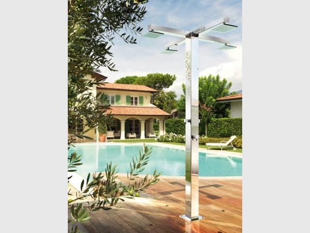 Une colonne de douche à quatre pommeaux  - Douche de jardin