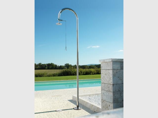 Une douche élégante et rétro pour des abords de piscine épurés - Douche de jardin