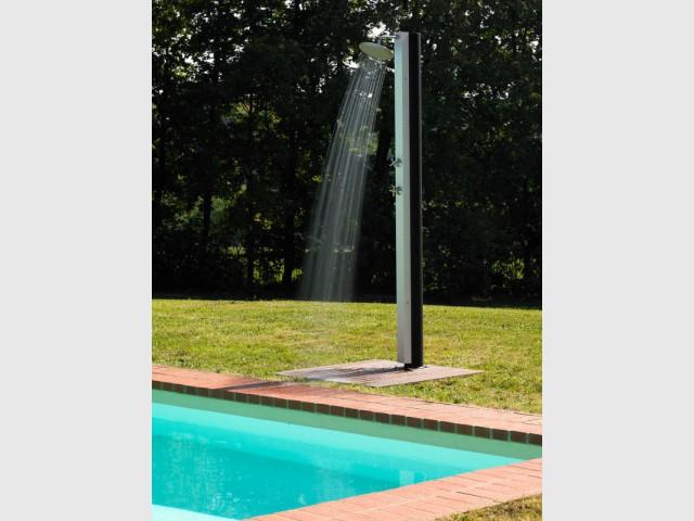 Une douche qui arrose le bassin - Douche de jardin