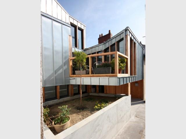 Mariage de zinc et de bois en façade - Rénovation, extension et surélévation à Nantes