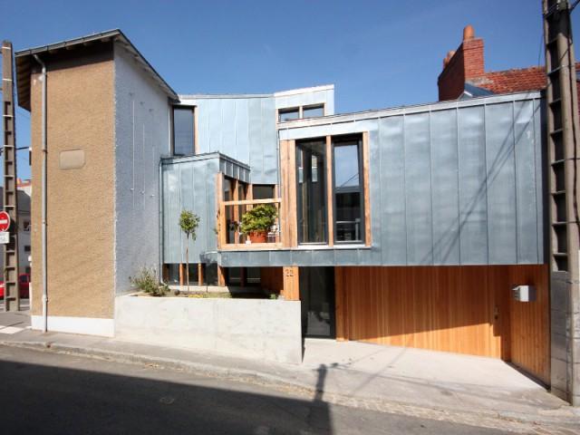 Une entrée sous un porche intime - Rénovation, extension et surélévation à Nantes