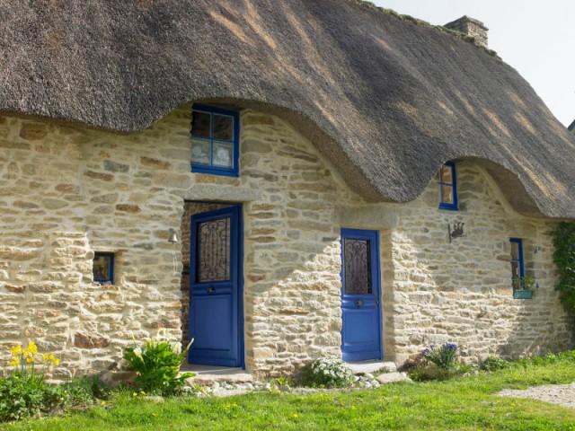 Une chaumière et ses ouvertures bleu roi élégantes - Maison de charme