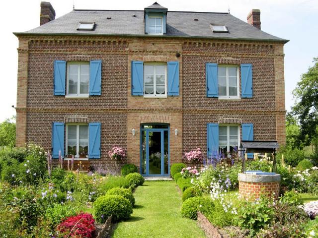Une demeure normande et sa porte d'entrée vitrée - Maison de charme
