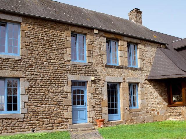 Un corps de ferme et ses menuiseries bleues lumineuses - Maison de charme