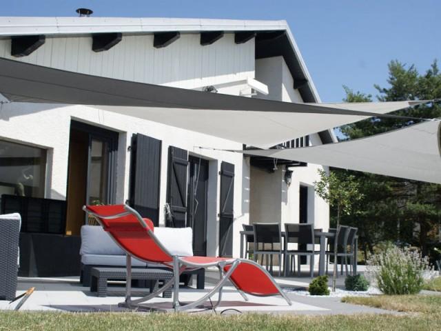 Un camaïeu de gris pour des voiles d'ombrage dans les teintes de la maison - Voile d'ombrage