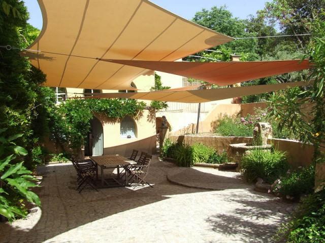 Un mélange de voiles d'ombrage qui délimitent le coin repas extérieur - Voile d'ombrage