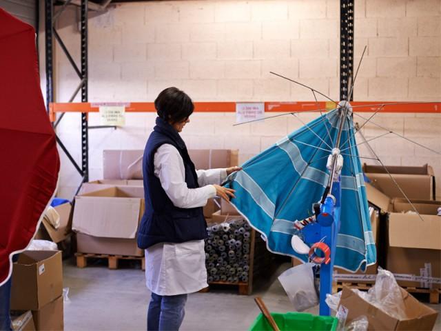 Mise en place de la toile sur la structure du parasol - Des parasols made in France fabriqués à la main