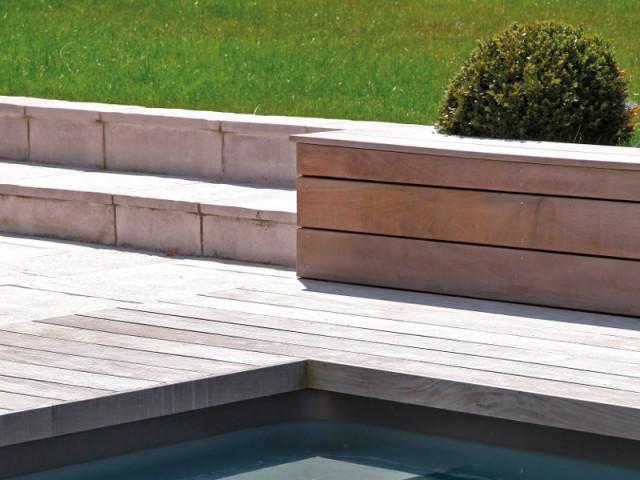Des terrasses en bois et pierre naturelle - Piscine familiale Desjoyaux 78