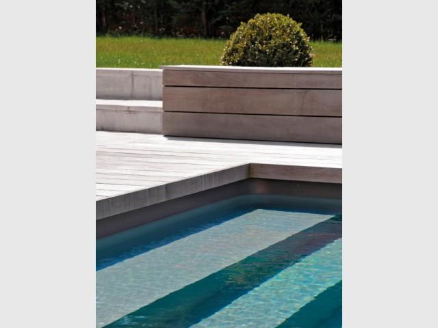 Un liner de piscine gris qui évolue en fonction des reflets du soleil - Piscine familiale Desjoyaux 78