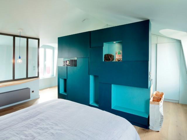 Un meuble sur-mesure central pour organiser la pièce - Surélévation pour une suite parentale