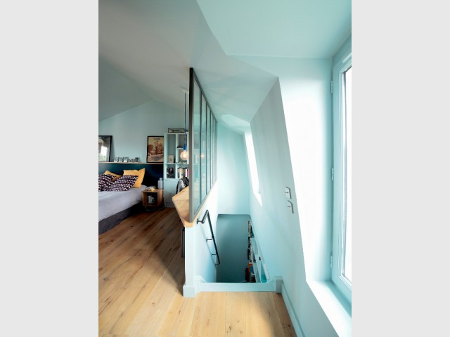 Un espace ouvert et entièrement bleu - Surélévation pour une suite parentale