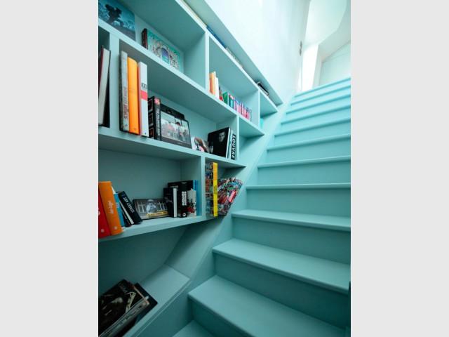 Une bibliothèque sur-mesure le long de l'escalier - Surélévation pour une suite parentale