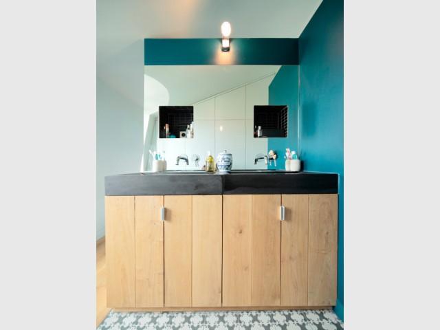Une salle de bains ouverte inspirée des thermes - Surélévation pour une suite parentale