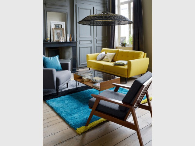 Un canapé jaune pour illuminer un appartement classique - Canapés : osez la couleur