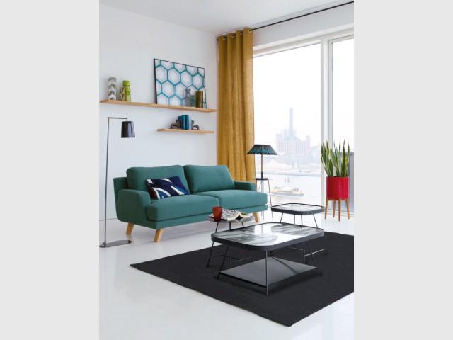 Un canapé vert avec piétement bois pour un salon au style scandinave - Canapés : osez la couleur