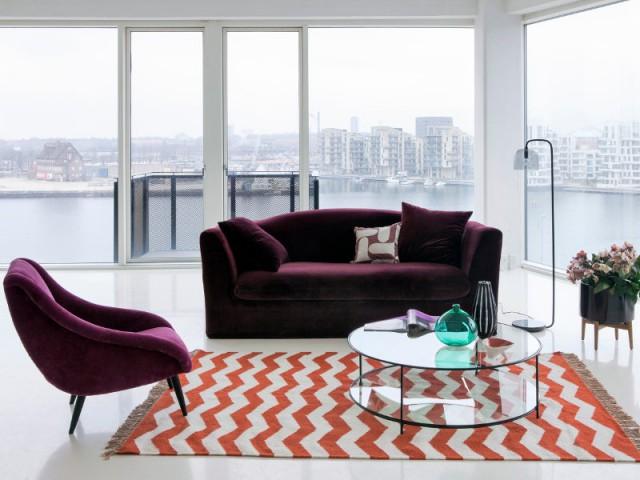 Un canapé en velours prune pour un salon esprit arty-cosy - Canapés : osez la couleur