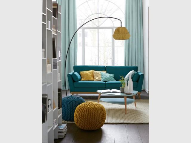 Un canapé vintage bleu-vert pour un salon bicolore douillet - Canapés : osez la couleur