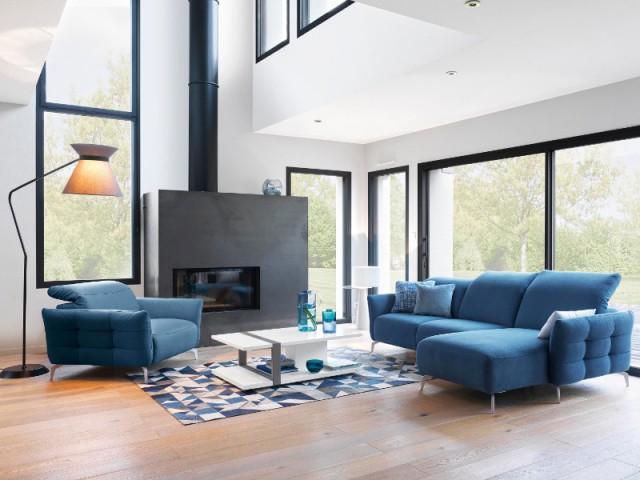 Un canapé d'angle bleu pour un salon chaleureux au coin de la cheminée - Canapés : osez la couleur