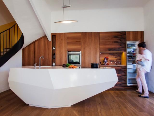 """Un îlot en résine Hi-Macs, inspiré des """"baous"""" provençaux - Une cuisine en noyer français et LG HiMacs"""