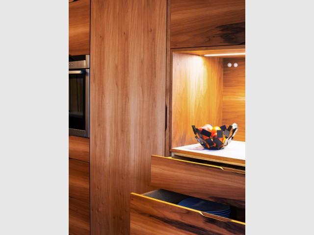 A chaque objet, son rangement idéalement situé - Une cuisine en noyer français et LG HiMacs