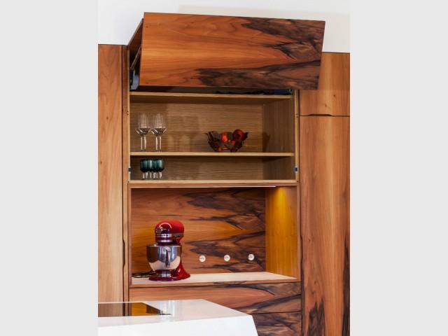 Des rangements discrets pour ne pas faire d'ombre aux matériaux - Une cuisine en noyer français et LG HiMacs