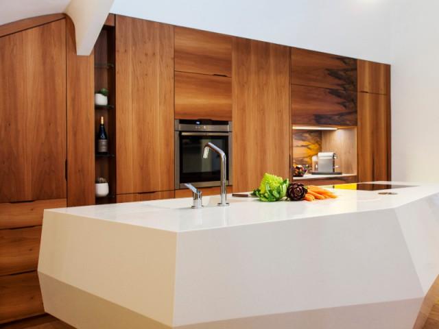 Une cuisine aux passages secrets et portes dissimulés - Une cuisine en noyer français et LG HiMacs