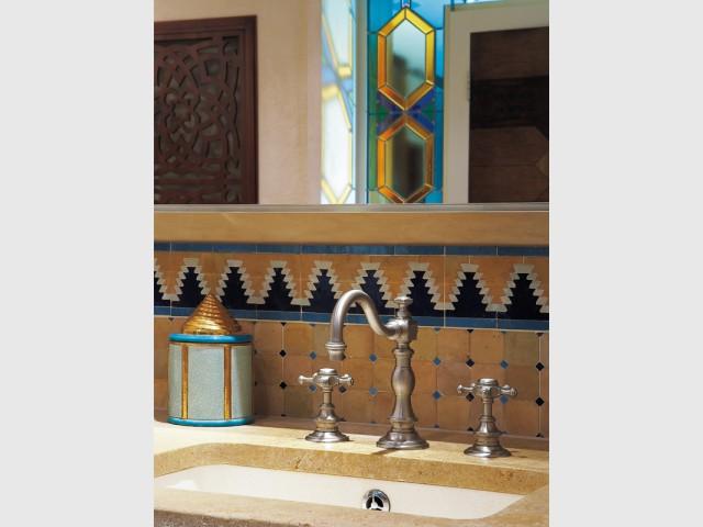 De la pierre naturelle pour apporter de la chaleur - Salle de bains d'inspiration orientale