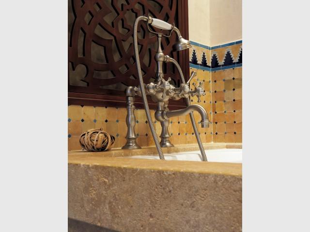 De la robinetterie rétro élégante finition nickel mat - Salle de bains d'inspiration orientale