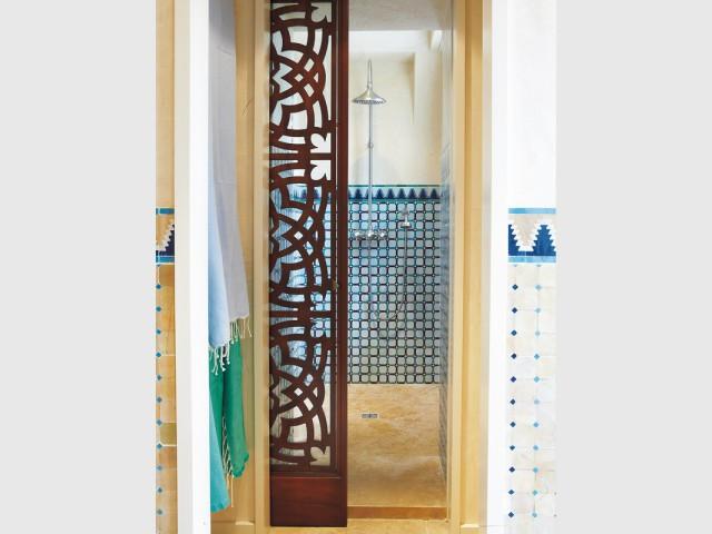 Une salle de bains à l\'orientale dédiée au bien-être