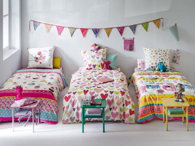 Des lits côte à côte pour trois enfants dans la même chambre - Une chambre d'enfants pour deux ou plus