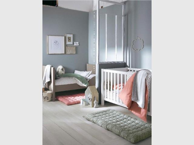 Monter une verrière transparente pour séparer un enfant et un bébé - Une chambre d'enfants pour deux ou plus