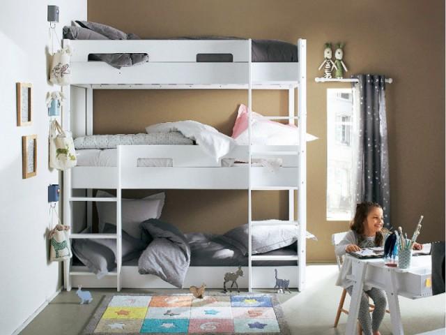 Opter pour un lit superposé triple pour gagner de la place  - Une chambre d'enfants pour deux ou plus