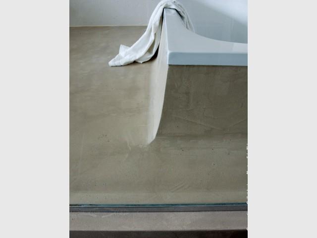 Habiller une baignoire de béton ciré assorti au sol de la salle de bains - Les différentes mises en oeuvre du béton ciré