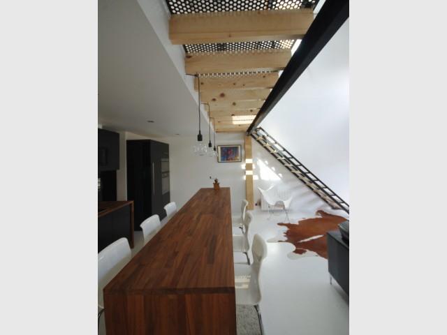 Une cuisine en bois exotique à échelle humaine - Un loft aérien et industriel dans un ancien hangar