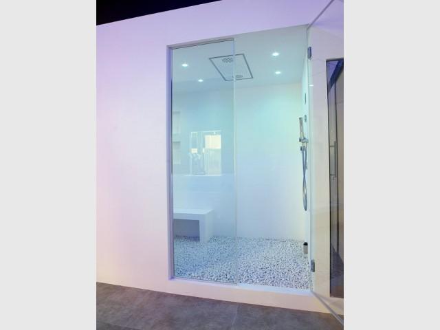 Une douche ou une cabine de hammam en résine minérale - Les usages de la résine minérale dans la maison