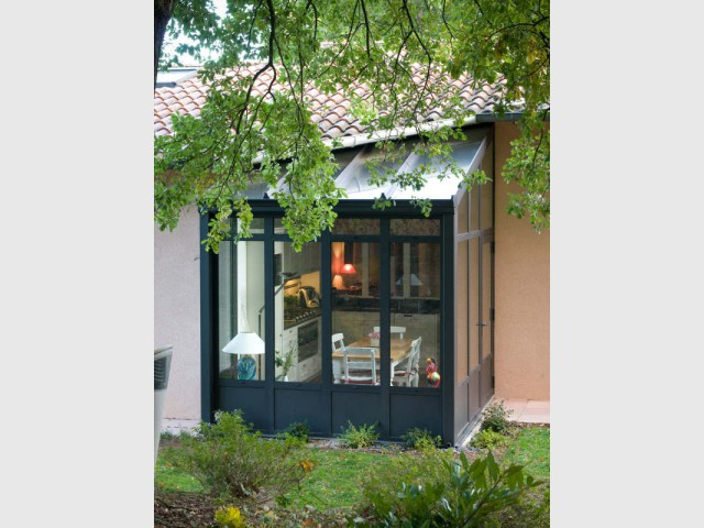 petits espaces une v randa toute mignonne pour abriter une petite cuisine. Black Bedroom Furniture Sets. Home Design Ideas