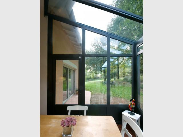 Une ouverture sur l'extérieur pour profiter du jardin - Une cuisine à vivre dans une véranda