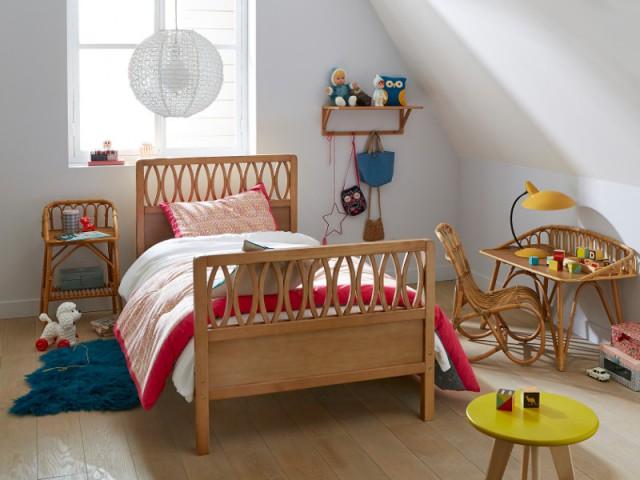 Une table de chevet en rotin pour une chambre d'enfant vintage - Tables de chevet originales pour une chambre d'enfant