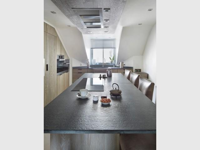 Une cuisine sous pente avec îlot central  - Cuisine et salle à manger Xavie'z