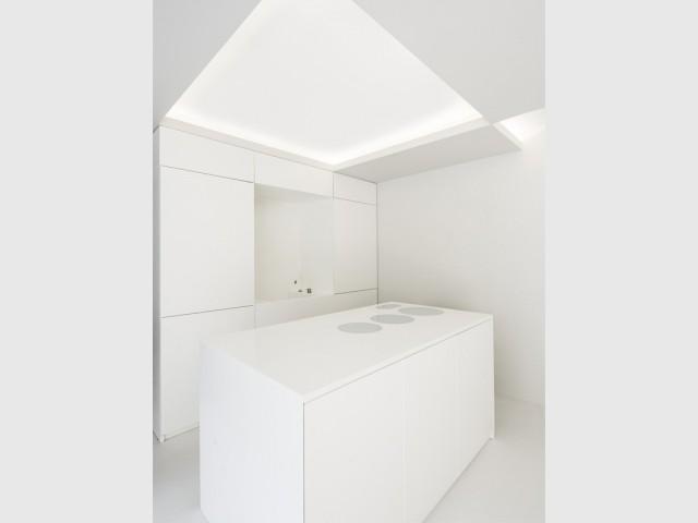 Des décaissés lumineux dans la cuisine et la salle de bains - Un 70m2 immaculé dans un ancien atelier industriel rénové