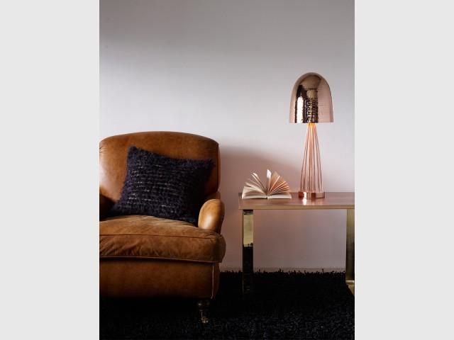 Une lampe martelée fuselée - Des lampes comme des bijoux