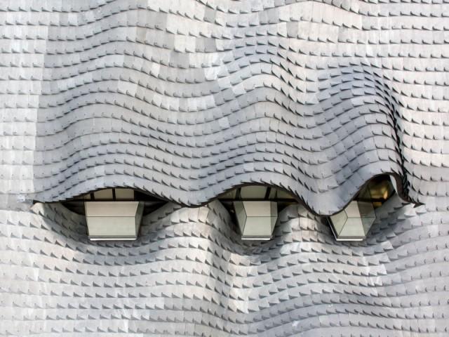 La toiture en écailles de zinc, star de la maison - Casa Campos - GilBartolomé Arquitectos
