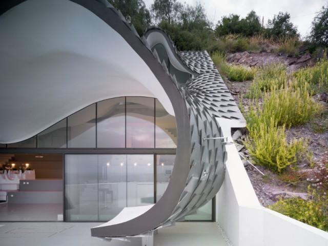 Une terrasse protégée par une toiture courbe - Casa Campos - GilBartolomé Arquitectos