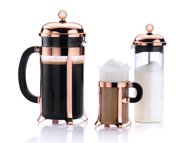 Sur le plan de travail de la cuisine, une cafetière cuivre rosé - Tendance cuivre rosé
