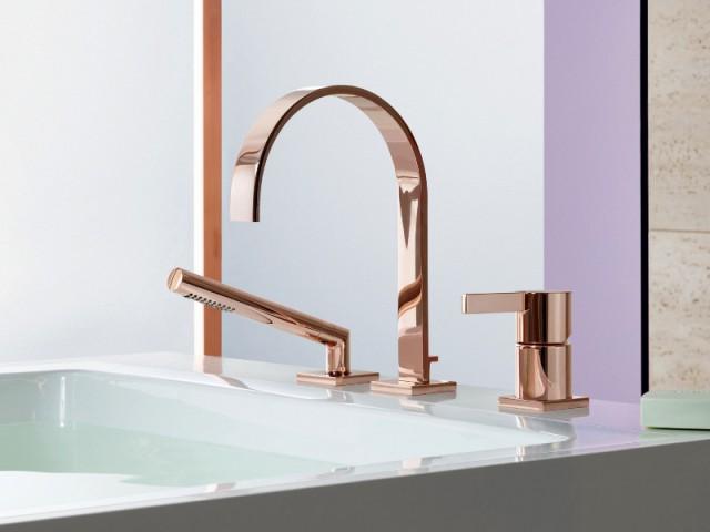 Dans la salle de bains, une robinetterie coloris or rose - Tendance cuivre rosé